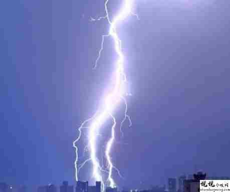 狂风暴雨电闪雷鸣的说说 风雨很大的心情说说1